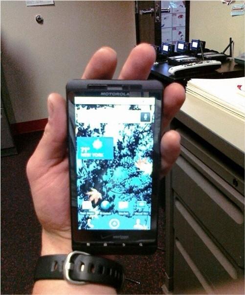 Après l'iPhone 4G c'est un Motorola Droid Shadow qui se promène