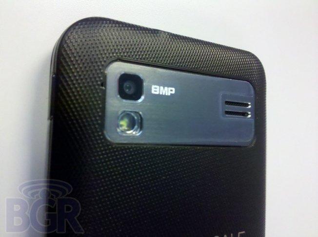 Un Galaxy S II avec clavier physique
