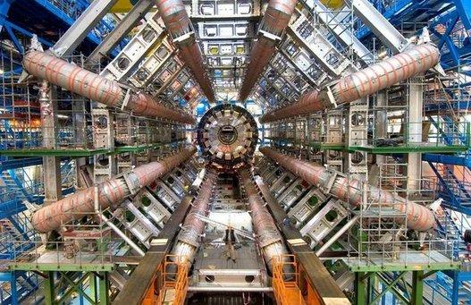 Bing Bang près de Genève avec le Grand Collisionneur de Hadrons ( accelérateur de particules )