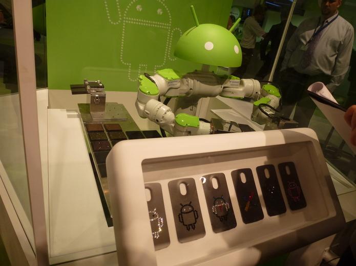 Chez Android, un Robot Droid fabrique des coques de téléphones.