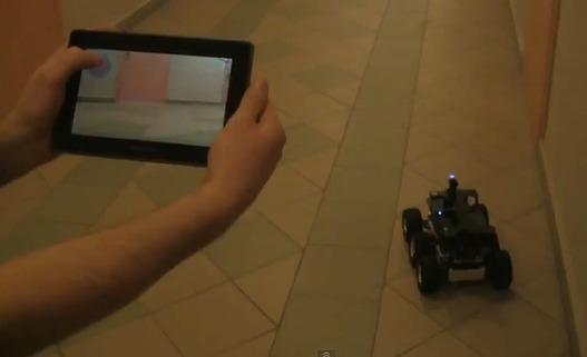 Une voiture RC pilotée avec un Blackberry Playbook