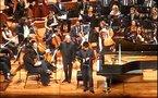 Un pianiste joue sur un iPad en plein concert