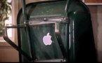 Steve Jobs présente la iBrouette chez les Guignols